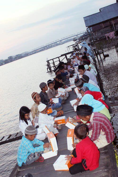 Indahnya Ramadhan 1433H anak-anak makan di pinggir sungai