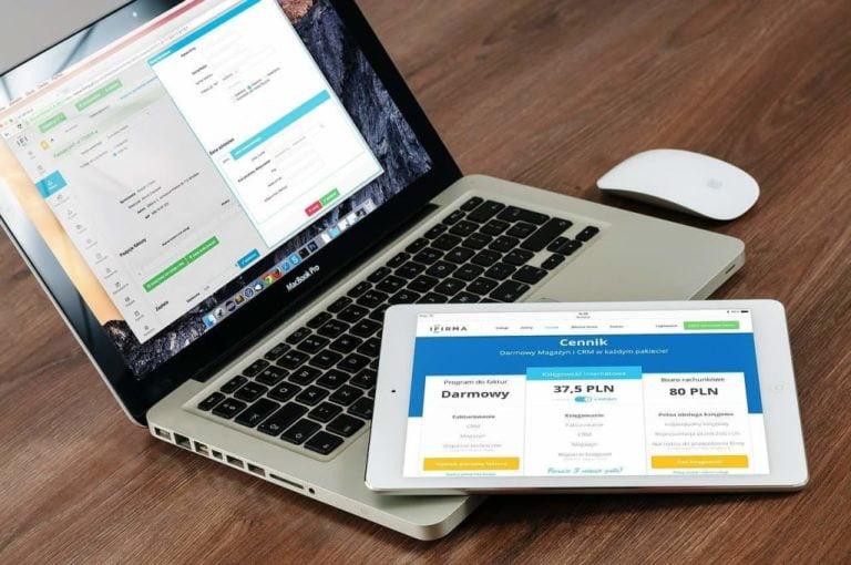 Ilustrasi Laptop Macbook HP Tablet Ipad di Atas Meja