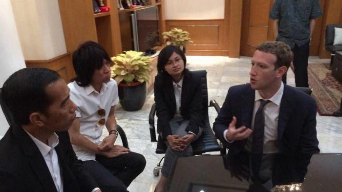 CEO Facebook Mark Zuckerberg, penerjemah Rara Rizal, musisi Abdee Slank, Presiden terpilih Joko Widodo (dari kanan ke kiri) dalam pertemuan di Balai Kota DKI Jakarta, Senin (13/10/2014). Twitter.com/@wawawizal via tribunnews.com
