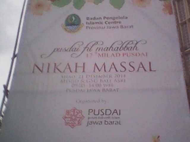 Spanduk pengumuman acara nikah massal Masjid Pusdai.