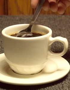 Aduk kopi perlahan-lahan