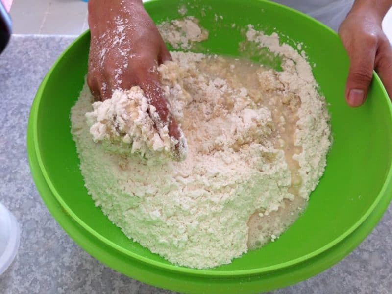 Campur adonan tepung terigu pisang goreng