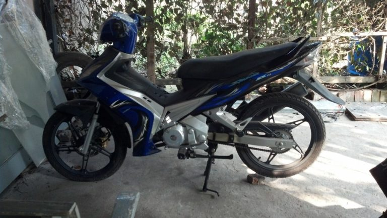 Tampak samping sprinter mx 125 warna biru.