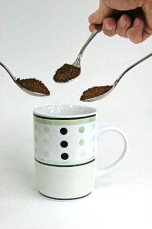 Tuang kopi ke dalam gelas sendok teh