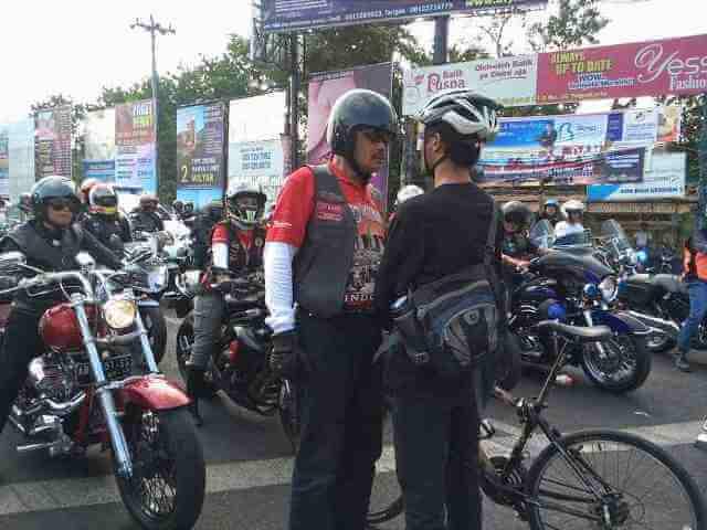 Elanto Wijoyono menghadang konvoi Harley Davidson di perempatan Condong Catur, Yogyakarta.