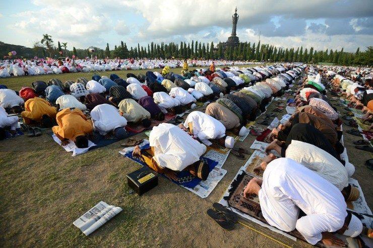 Orang Salat Sujud di Lapangan Renon Bali Idul Fitri (AFP)