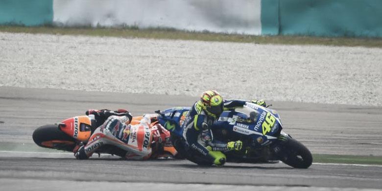 Rossi Menendang Kepala Marquez terjatuh di Sepang 2015