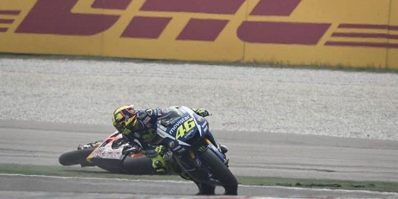 Rossi melihat ke belakang saat Marc Marquez terjatuh Sepang 2015