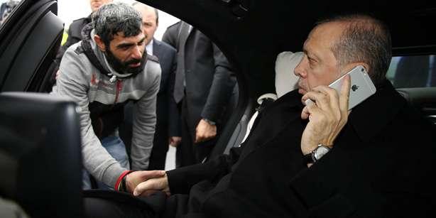 Presiden-Erdogan-yang-bersalaman-dengan-yang-ingin-bunuh-diri
