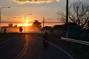 Ilustrasi Naik Sepeda Motor Matahari Senja Gelap Tampak Belakang (Pixabay)