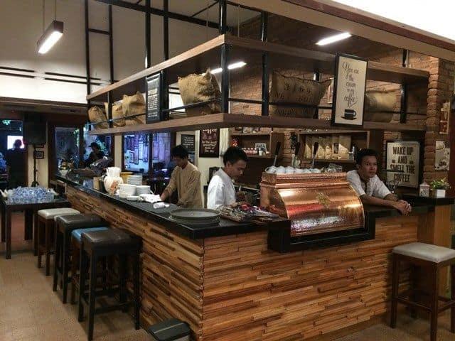 Ruang Kopi Bartender Kafe Koffie Tijd, Bandung