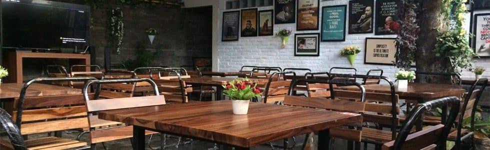 Ruang Belakang Kursi Kayu Kafe Koffie Tijd Bandung