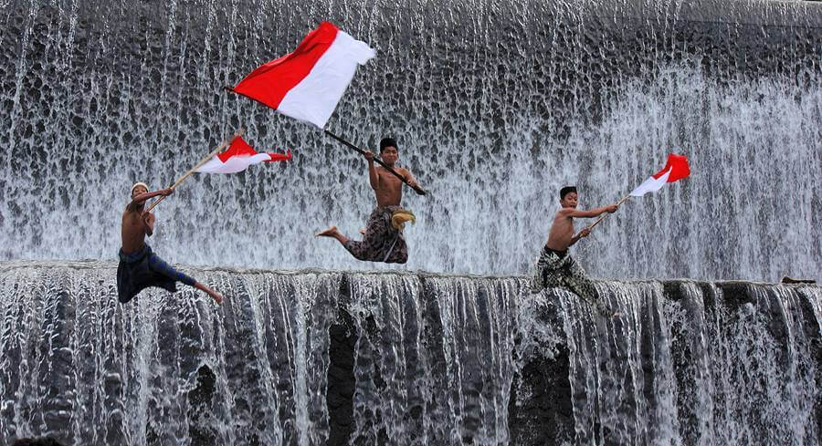 Bendera Indonesia Merah Putih oleh Anak-Anak Terjun ke Air Sungai