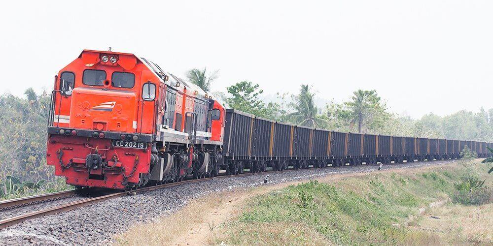 Kereta Api Lokomotof Merah Gerbong Barang Panjang kereta-api.co.id