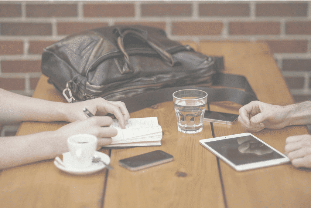 Gambar Tangan Meja Bisnis Mencatat Menulis Buku HP Tablet Transparan Besar Gelas