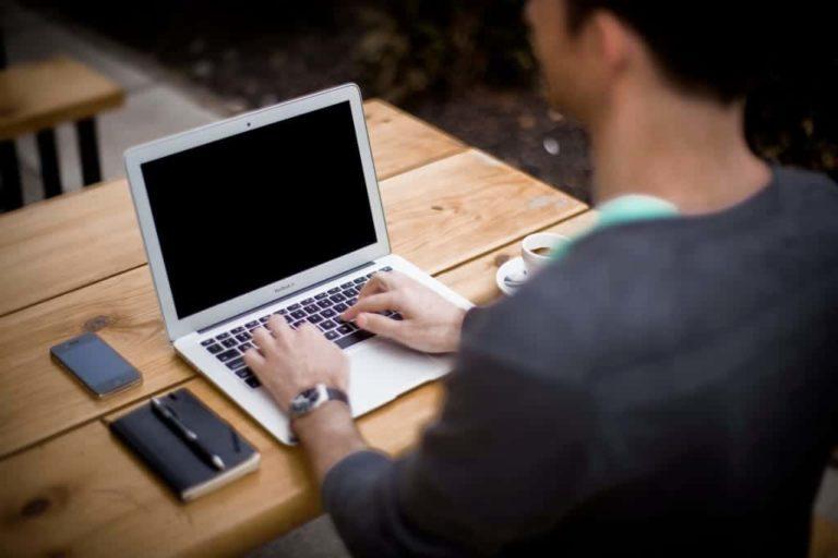 Foto Gratis Bagus Orang Mengetik di Laptop iPhone Meja Hp Komputer