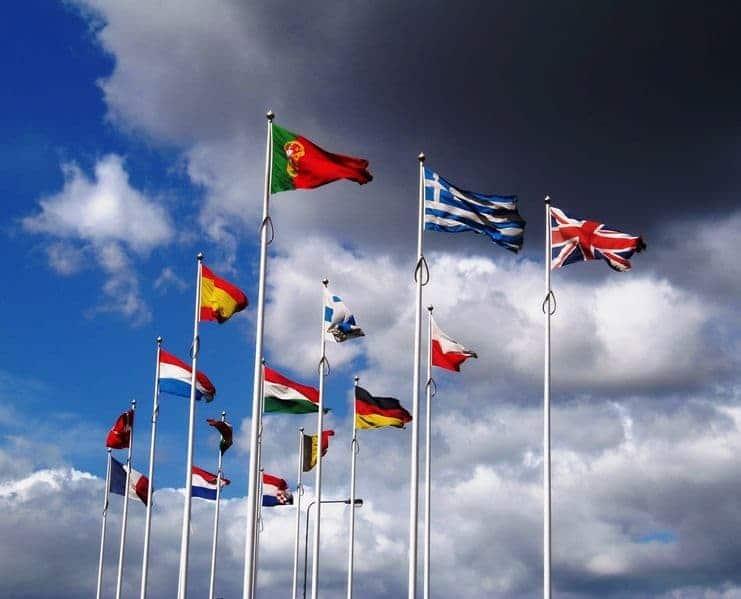 Banyak Bendera Internasional Berkibar Di Tiang Langit Biru Awan Cerah Angin