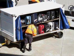 Orang Pindah Barang Koper Kargo Migrasi ke Pesawat