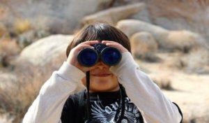 Anak Kecil Tersenyum Dengan Teropong atau Kaca Pembesar Di Tangan, Biru dan Putih