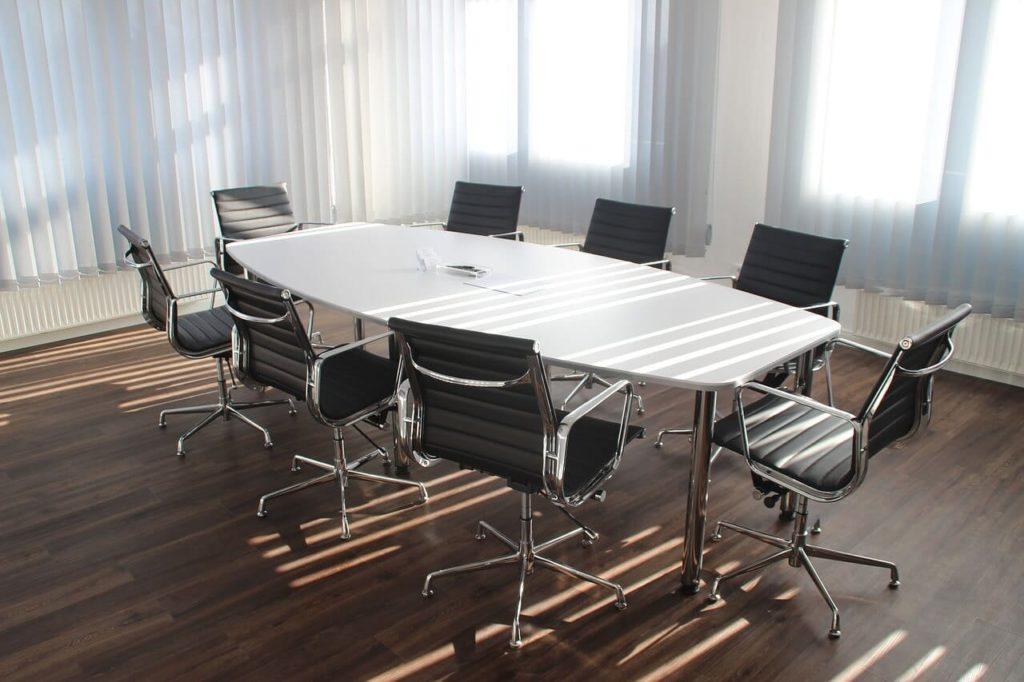 Meja Kursi Ruang Kantor Hitam Putih Besi Cahaya Matahari Kosong Stainless Steel Rapat Pertemuan