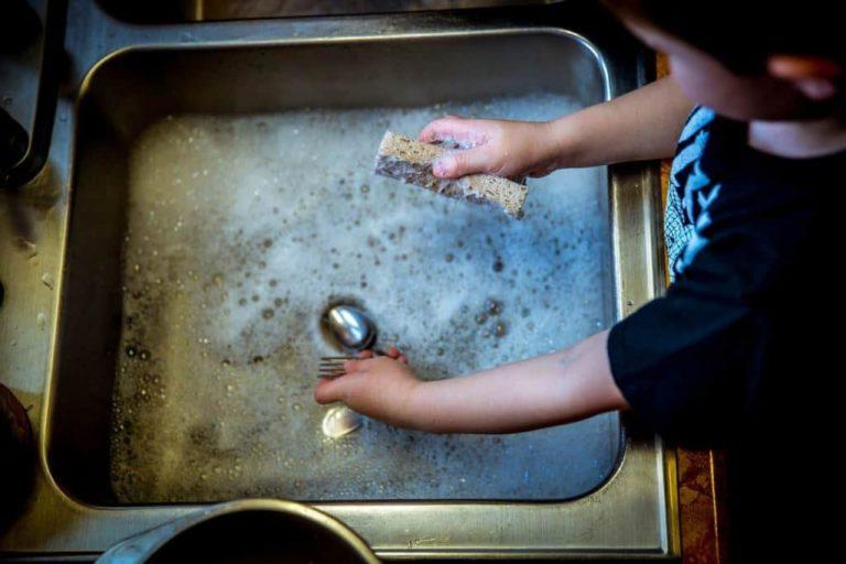 Anak Kecil Mencuci Piring Gelas, Sendok, Sabun, Dapur, Kotor